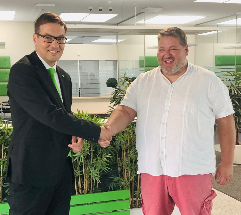 Josef Fischer von der VR Bank Niederbayern-Oberpfalz eG gratuliert Markus Bauer zu seinem Gewinn in Höhe von 15.000 Euro.